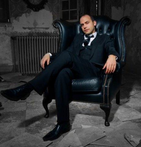 Vestimentairement parlant, Viktor soigne les apparences, mais dès qu'il s'agit de faire le ménage de son appartement...